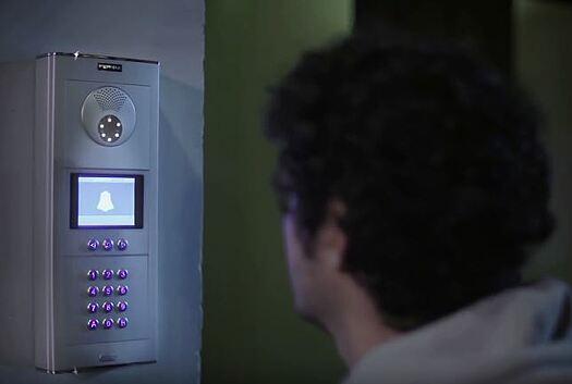 Fe3rmax dørstation om natten, automatisk belysning